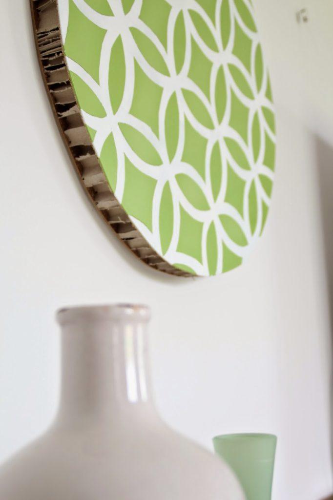 Wanddeko in der Seitenansicht auf der man die Pappverstärkung des Holzes erkennen kann