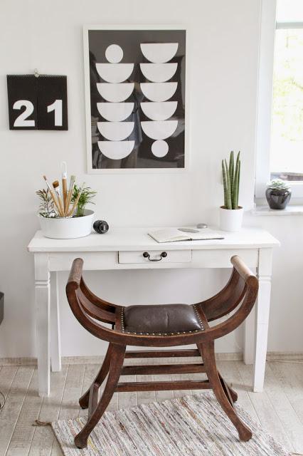 Schreibtischansicht mit Blumenampel Bittergurka von Ikea als Pinselaufbewahrung im Hintergrund schwarzweiß Bilder