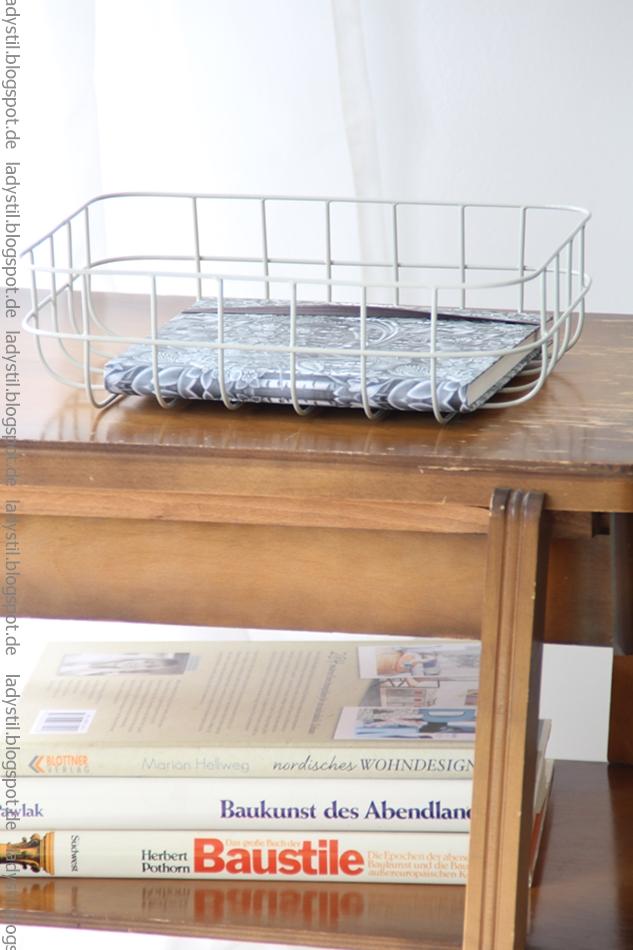 Detailansicht von Wohn- und Architekturbüchern in einem braunen Fach