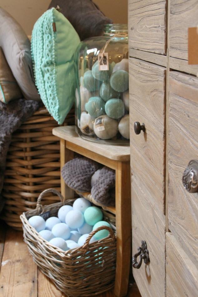 Kommode mit Cottonballs in weiß und türkis