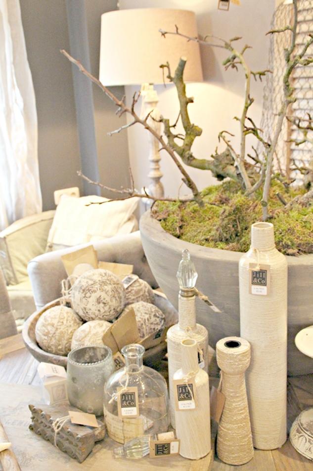 Tischdeko mit vielen beigen Vasen und Flaschen