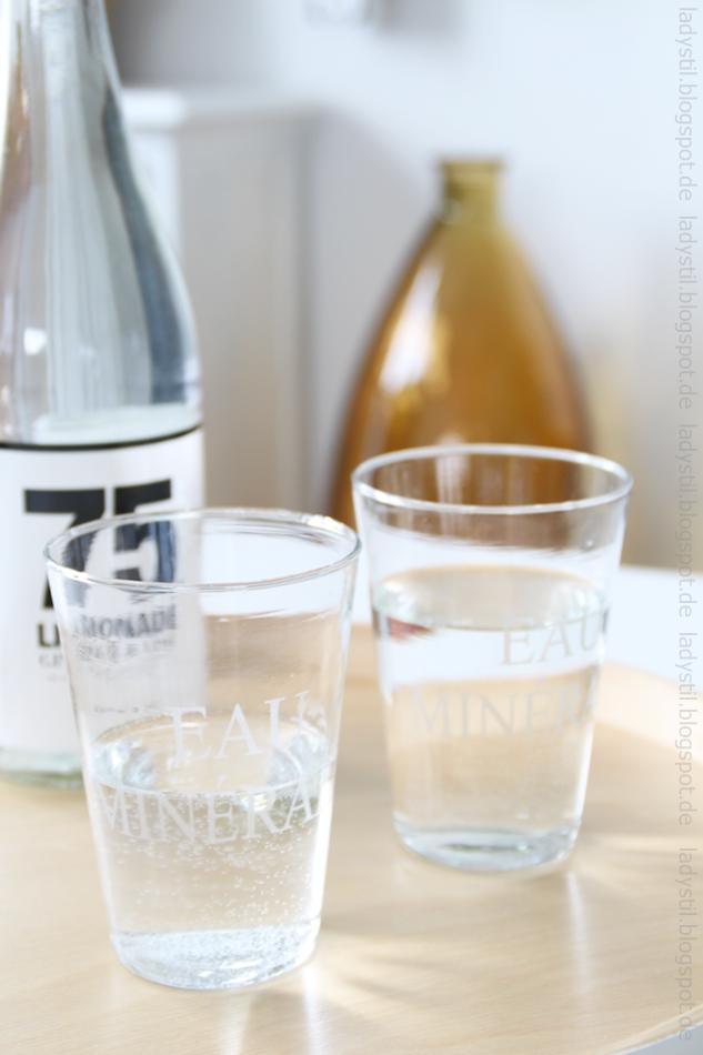 Ansicht einer Flasche und dzwei Trinkgläsern