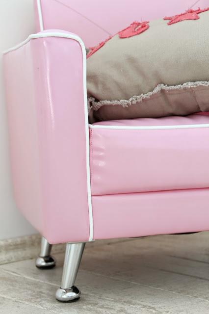 pinker Sessel mit beigem Kissen