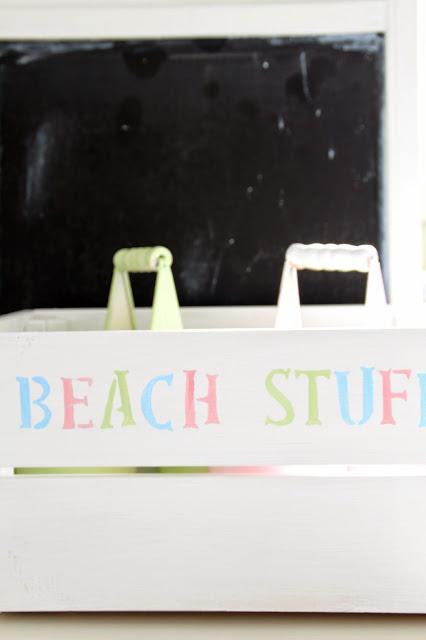 """Holzbox Knagglig weiß angemalt mit Schriftzug """"Beach Stuff"""" in Pastelltönen"""