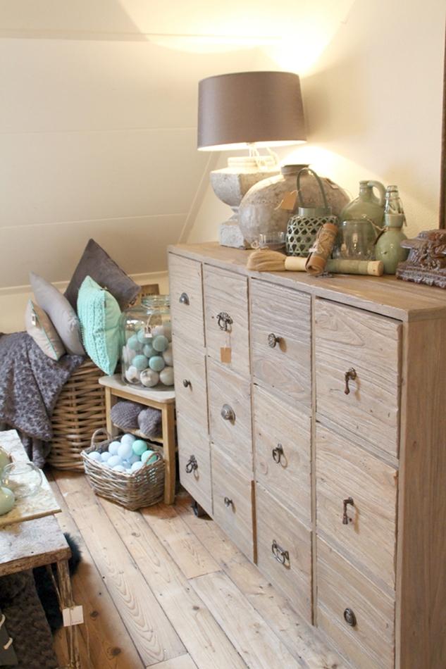 Holzkommode mit türkiser und beiger Wohndeko, Cottonballs, Vasen, Körbe, etc.