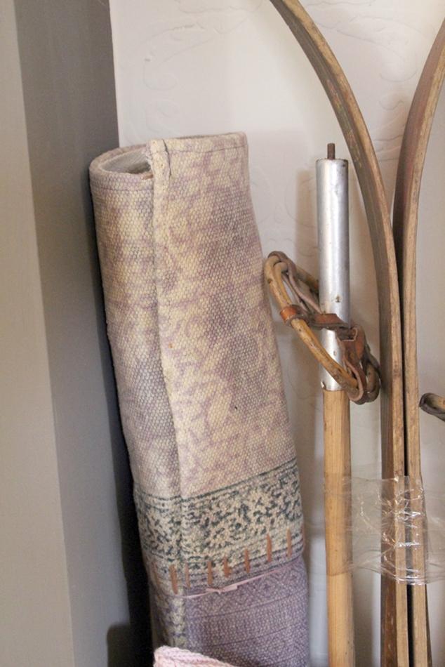 Detailansicht alte Holzskier und Teppich