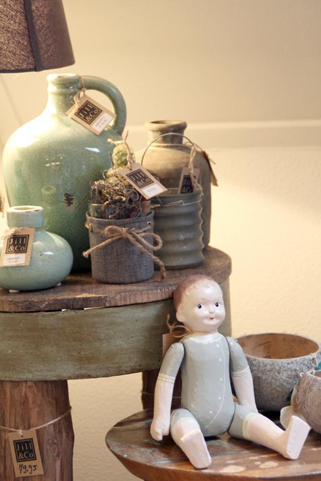 kleine Beistelltische mit kleinen Vasen in türkis und einer Porcellanpuppe