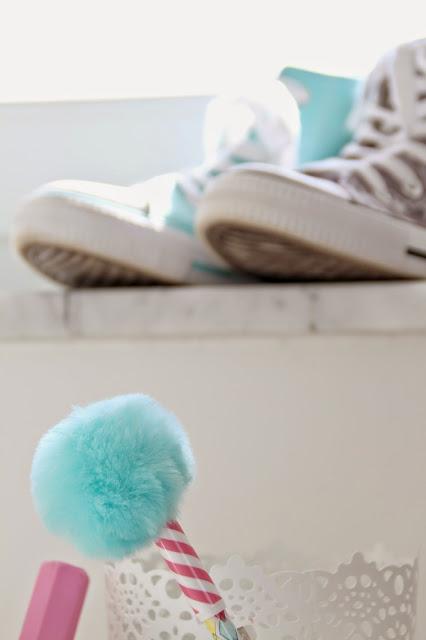 Sneaker (in grau mit Sternen und türkis) als Stiftehalter