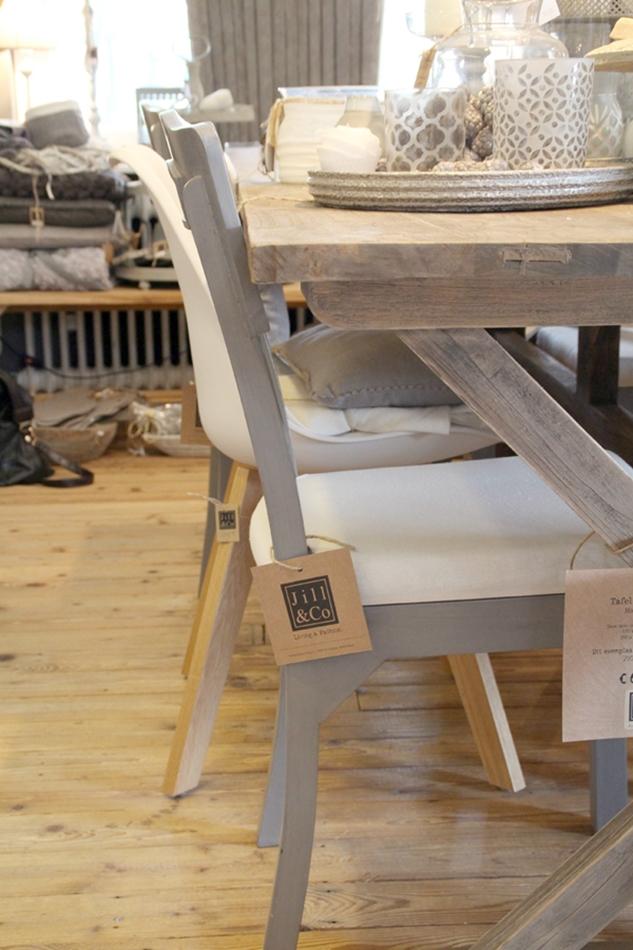 Großaufnahme grauer Stuhl in Seitenansicht