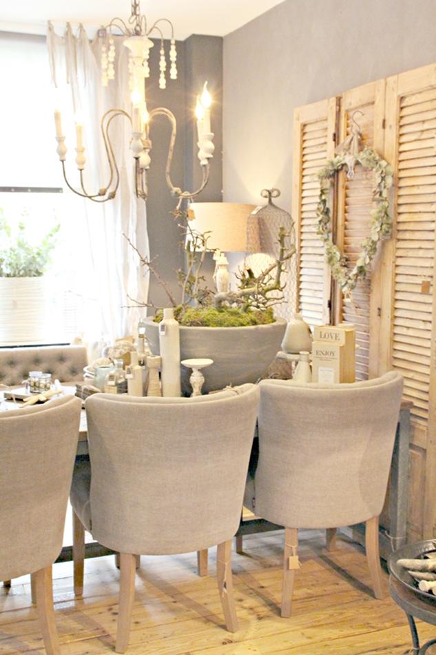 Esstisch mit sechs Stoffstühlen in beige