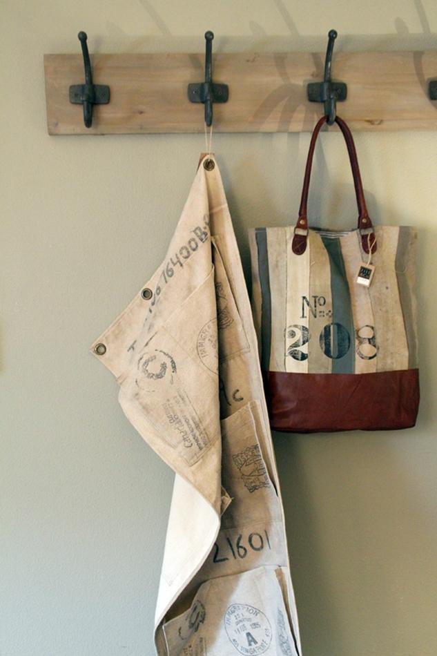 Tasche aus Leder mit Nr. 208 beschriftet an einer Garderobenleiste