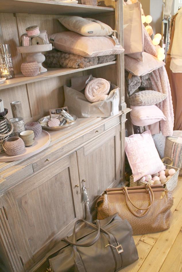 Dekoschrank mit Wohnaccessoires Kissen Teelichtern