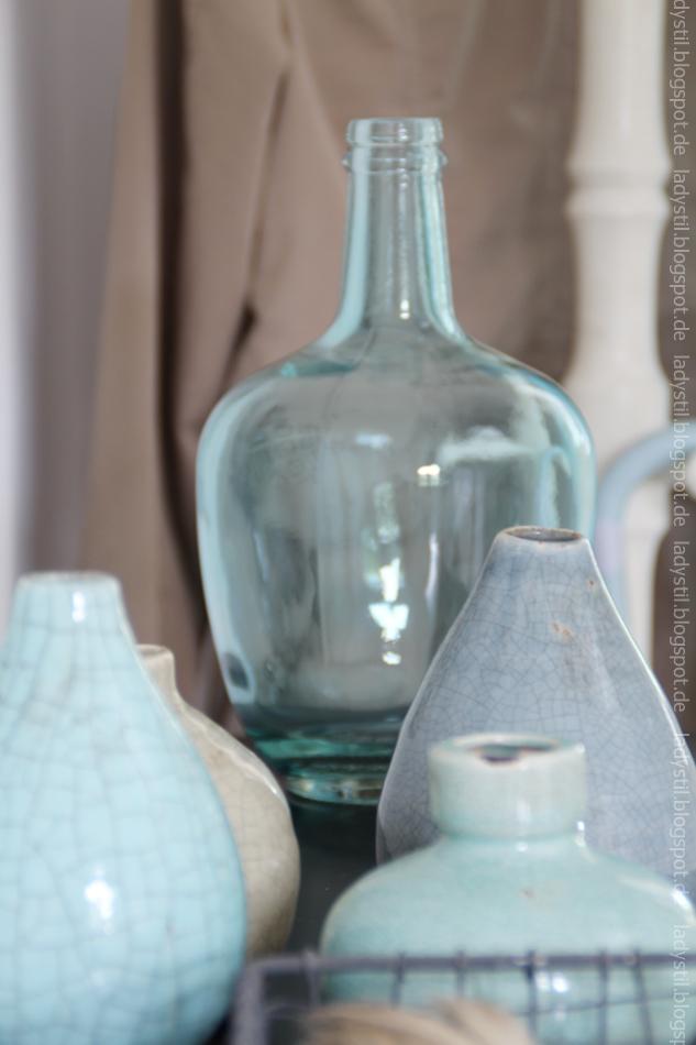 Großaufnahme türkisblaue Dekovasen und hellblauer Glasflasche