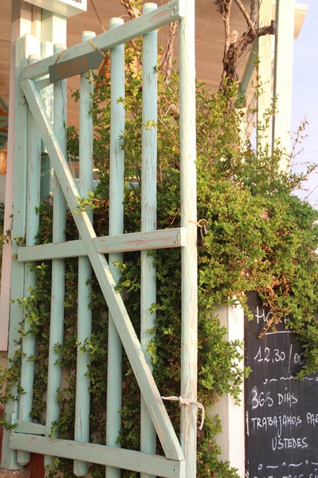 Eingangstor in mintgrün vom Restaurant Almare Ciutat Jardi