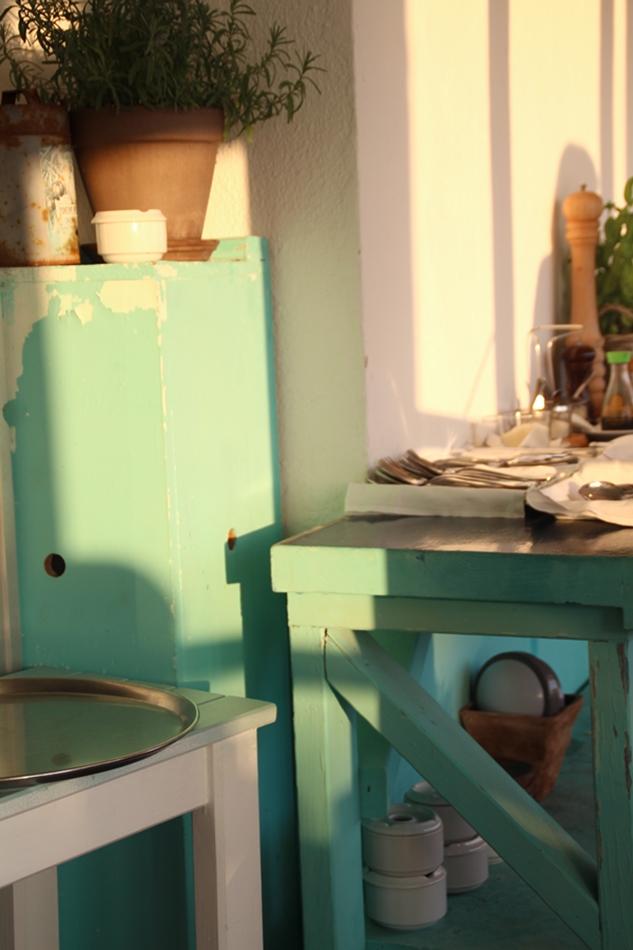 Blick auf den Serviertisch im Almare in türkis-grün