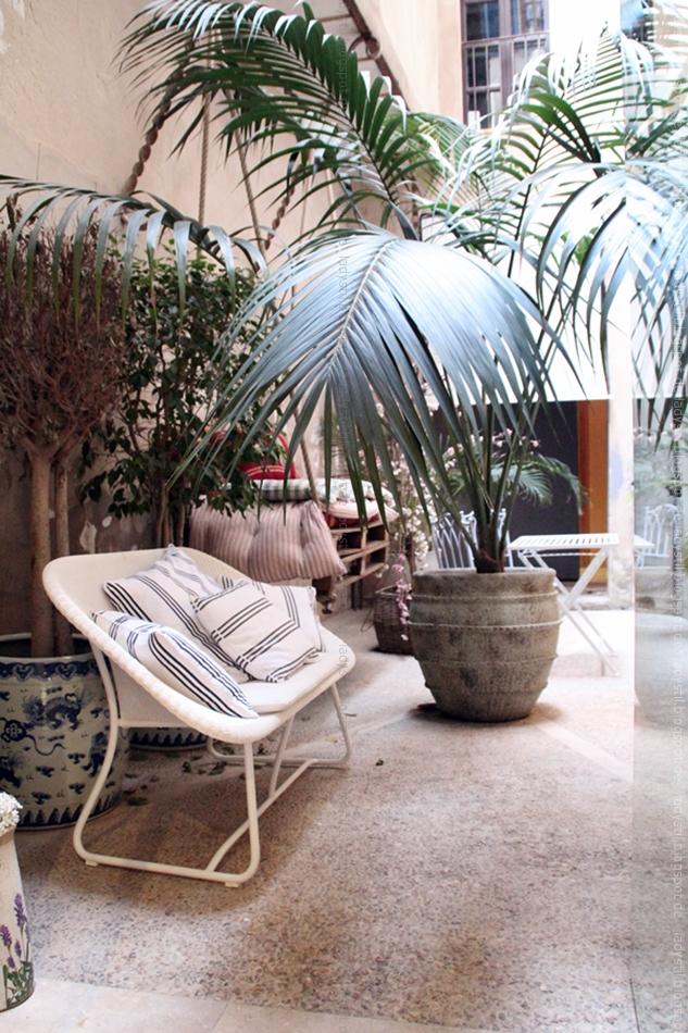 Outdoor Living im Bondian auf Mallorca mit Rattan Sofa und großen Palmen