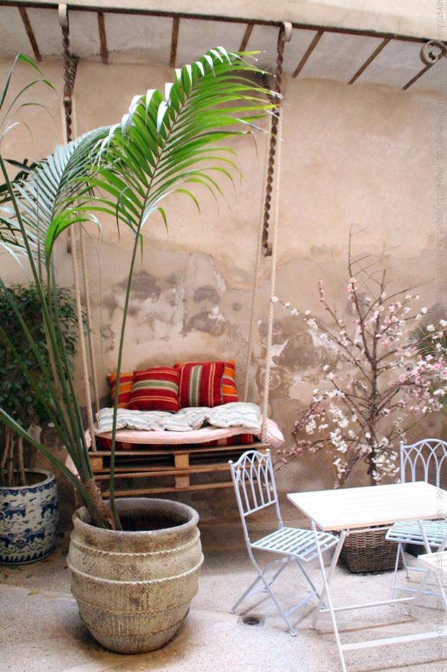 Outdoor Blick mit Hängeschaukel aus Paletten im Bondian Living Palma