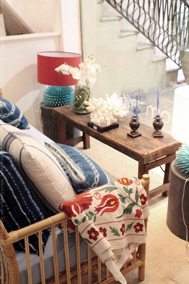 Boho Style im Bondian Living Sitzgruppe mit Kissen und Plaid sowie Sofatisch mit Wohnaccesssoires