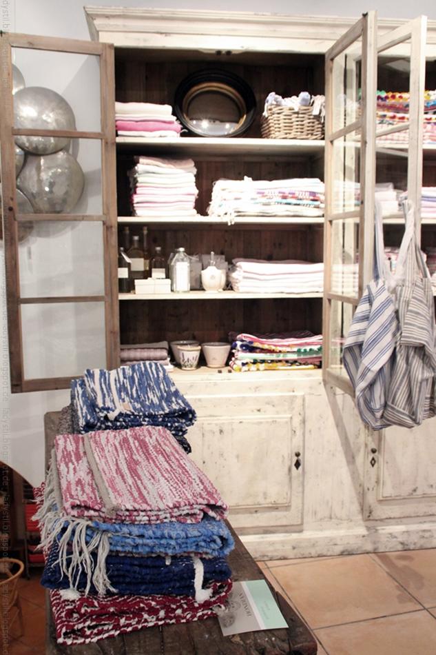 Schrank mit Gerschirrtüchern und Teppichen davor im Bondian Living Palma