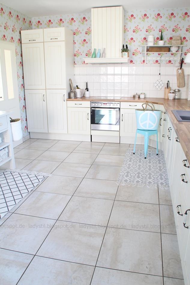 Großansicht der Küche, gesamte Küchenzeile mit kompletter Dekoration