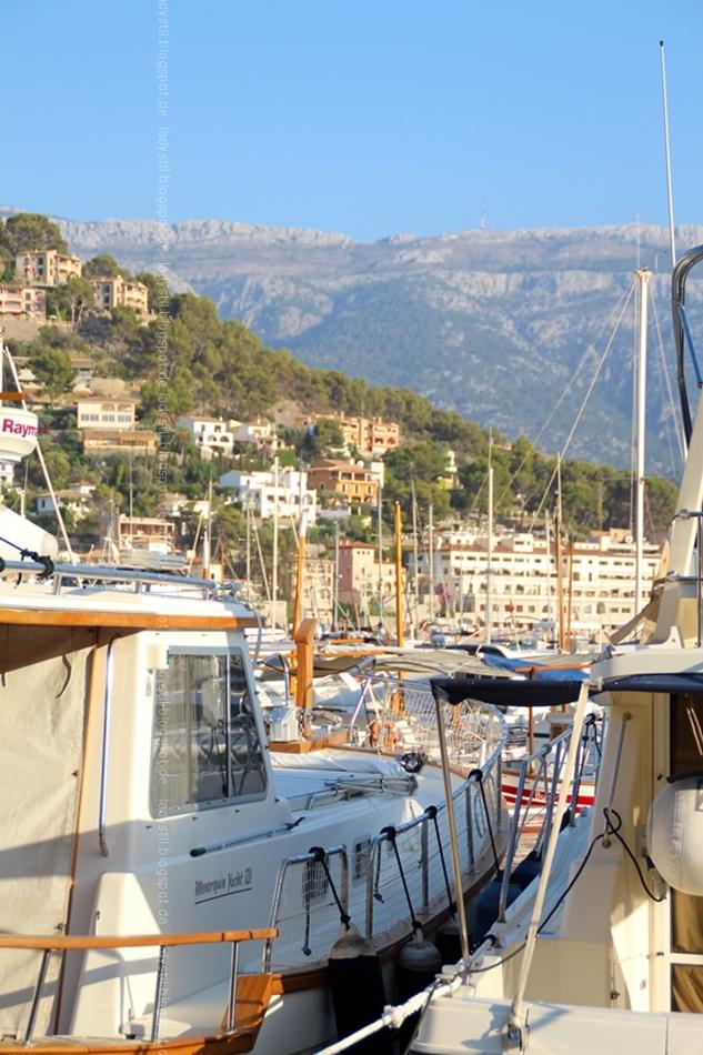 Blick auf den Hafen Port Sóller mit Booten