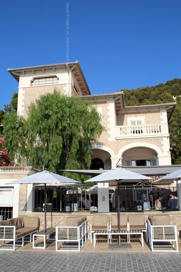 Blick auf das Randemar Gebäude mit Sitzgruppe vor dem Restaurant