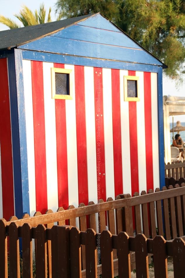 Strandhäuschen weiß rot gestreift mit blauem Dach
