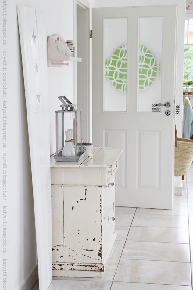 Blick vom Wohnzimmer ins Esszimmer mit antiker Kommode Accessories in Weiß Grau Rosa