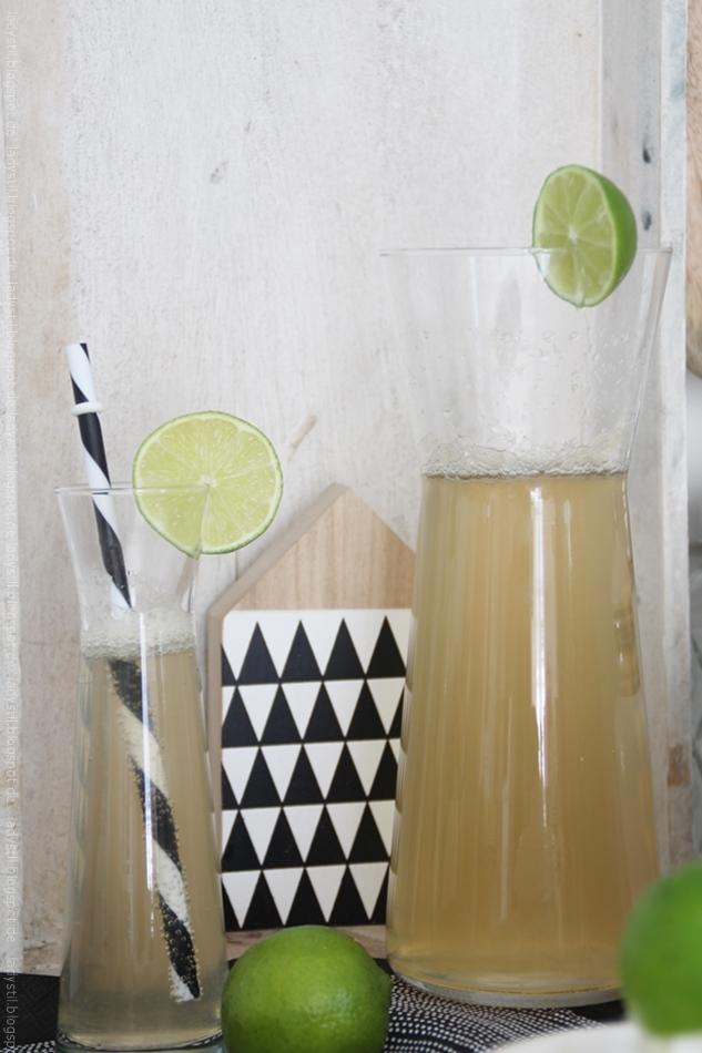 Hugo im Glas mit Limette und Karaffe mit Hugo alkoholfrei sowie Deko in schwarz weiß