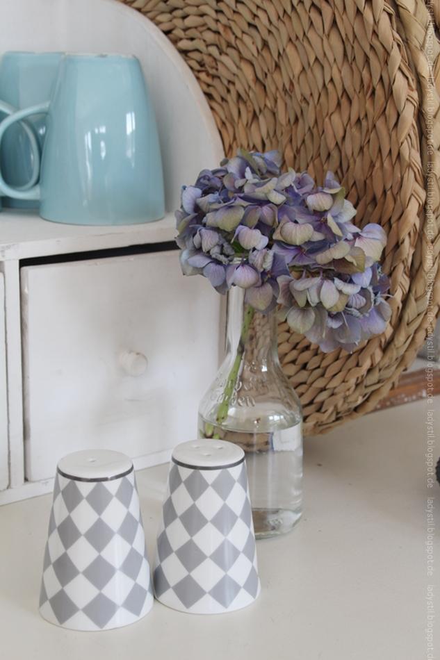 Salz und Pfefferstreuer Harlekin light grey von Krasilnikoff im Hintergrund Hortensienblüte in blau