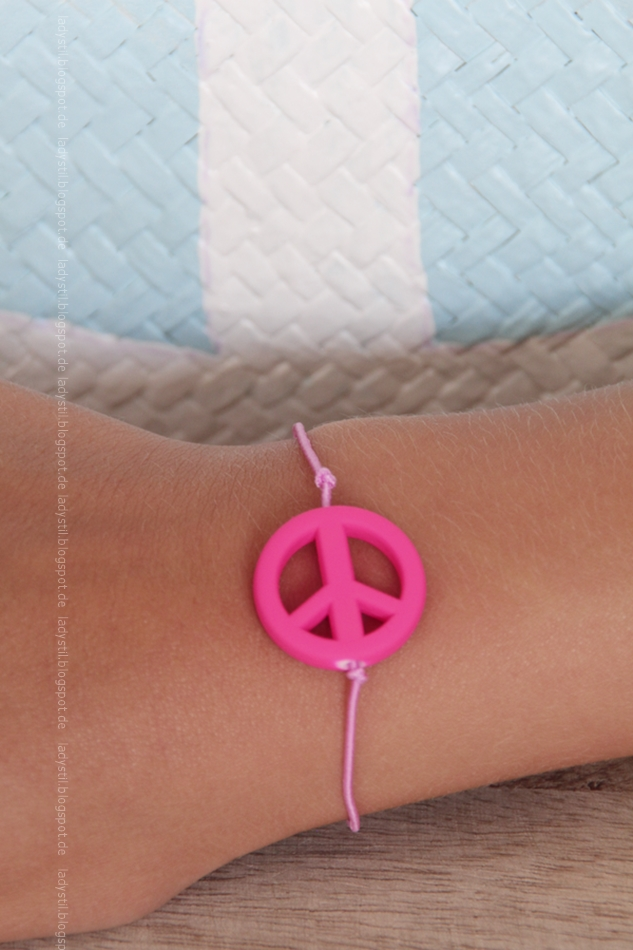 pinkes Armband mit pinkem Peacecharm am Arm