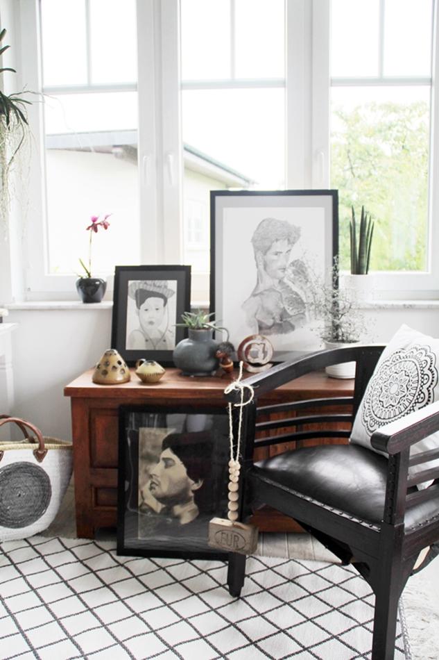 Kommode mit Kunstwerken und Plants schwarz weiß Holz