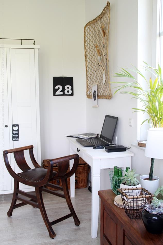 Überblick Büro in schwarzweiß mit Holz