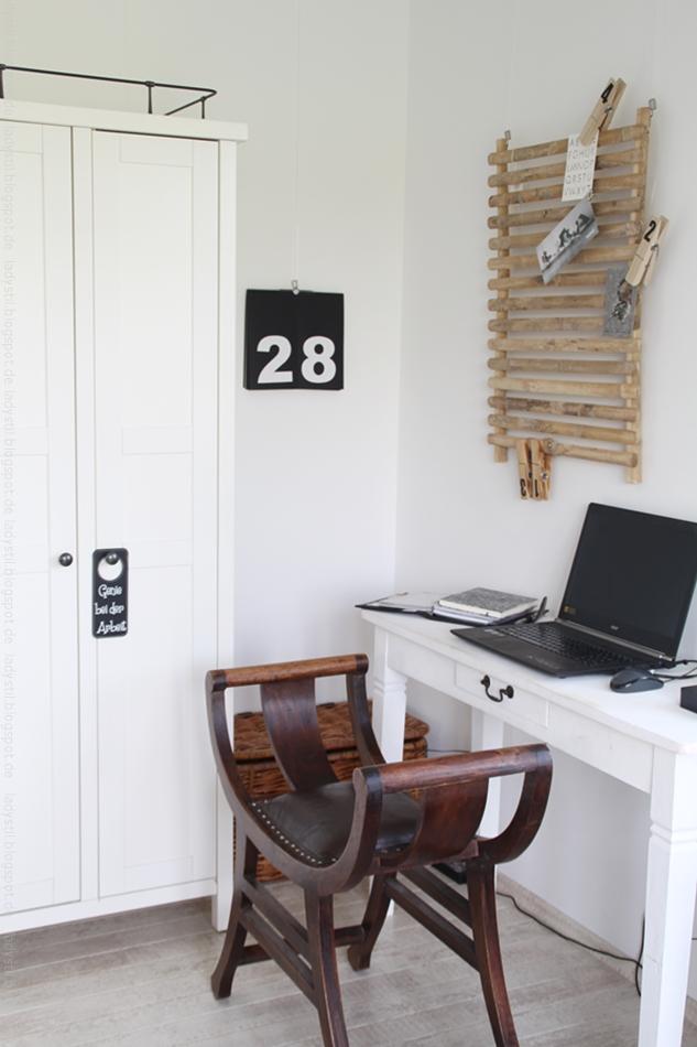 Arbeitsplatz Office mit Schreibtisch Stuhl in weiß schwarz Holz