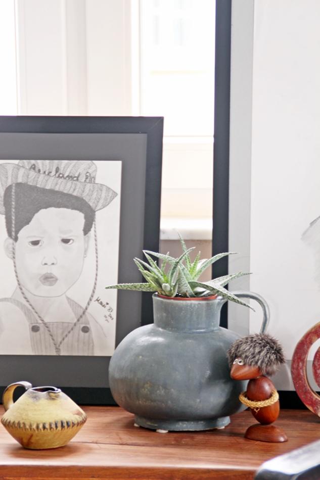 Bleistiftzeichnung eines Kinerportraits mit Kermik und Plants