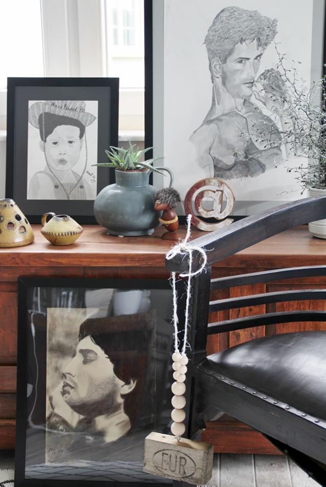 Kommode aus dunklem Holz mit Art and Plants