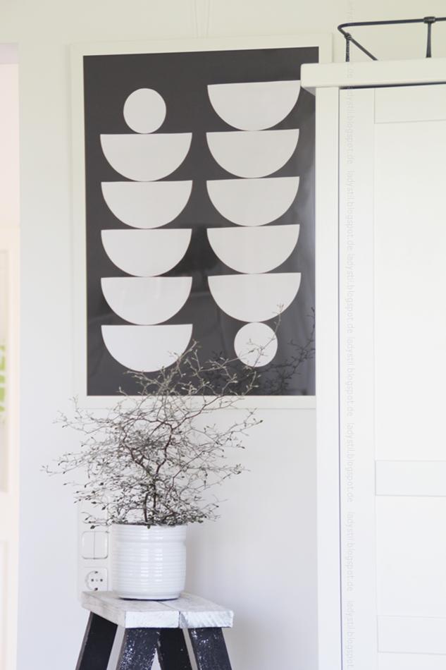 Zickzackstracuh auf Leiter vor einem schwarzweiß Bild