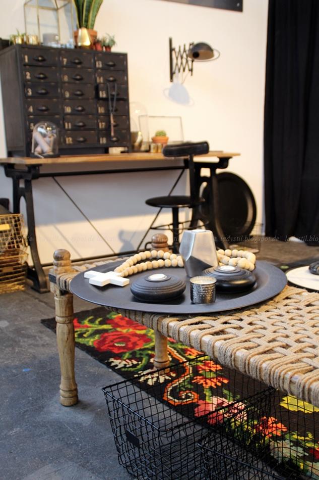 Bodilson Office Büro schwarz weiß Holz Deko mit buntem Teppich auf der Messe VT Wonen & Design Beurs Amsterdam