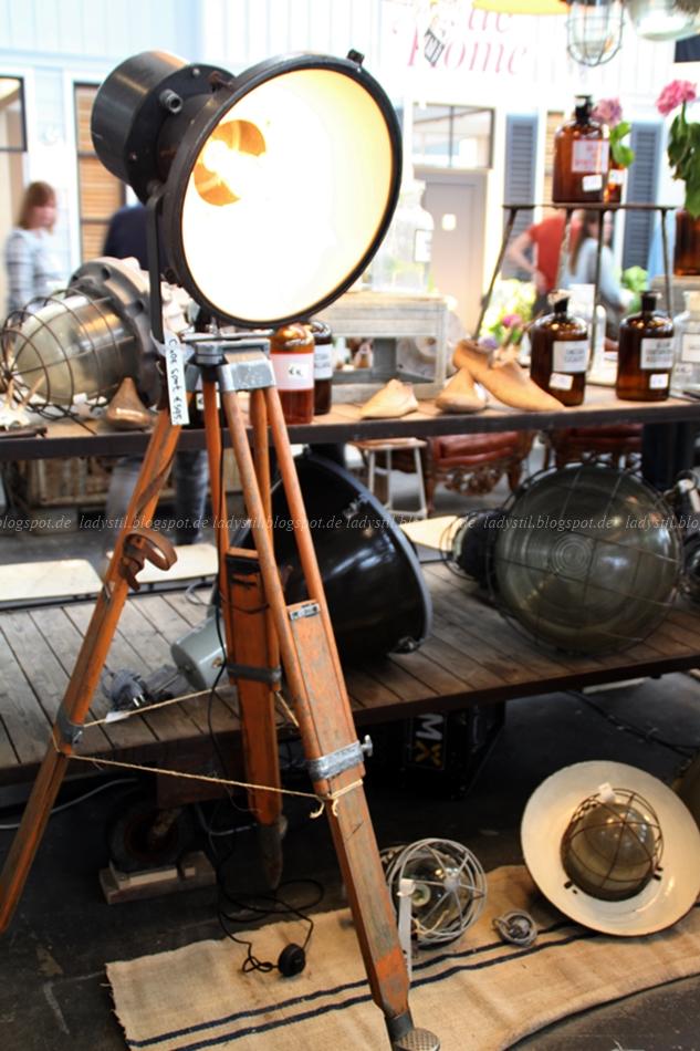 Burbri Antiek alte Stehlampe Fotoleuchte auf der Vt Wonen & Design Beurs in Amsterdam