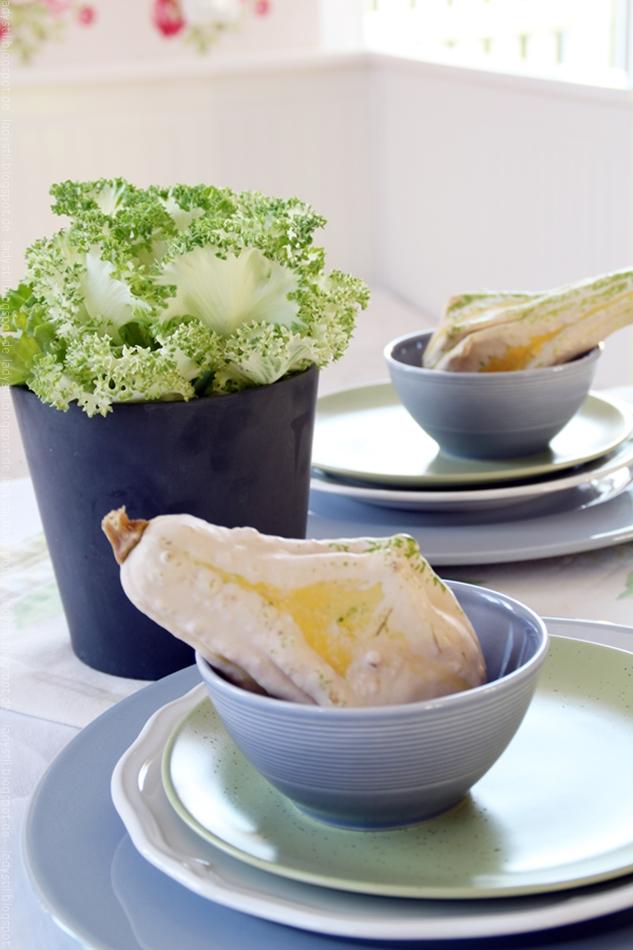 Dezente grau grüne herbstliche Tischdeko mit Kürbisdekoration in gelb und einem Zierkohl im grauen Übertopf