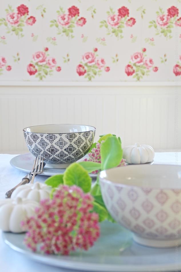 herbstliche Tischdeko in rosa weiß schwarz