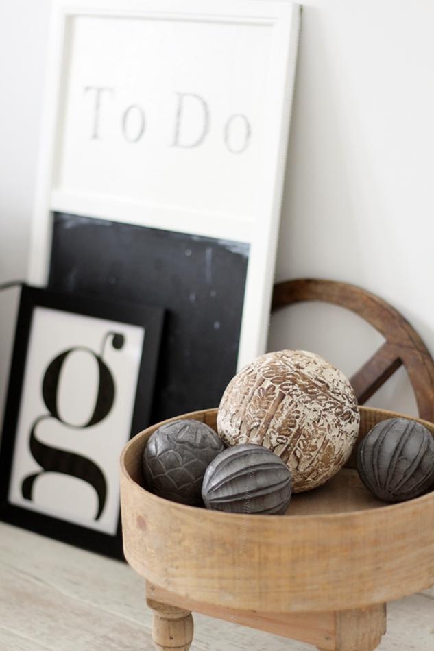 Schlafzimmer Interior Wohnaccessoires schwarz weiß Bilder Dekokugeln aus Holz
