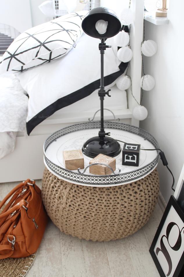 Schlafzimmer Interior Ansicht Pouf als Nachttisch Farben schwarz weiß und Holz