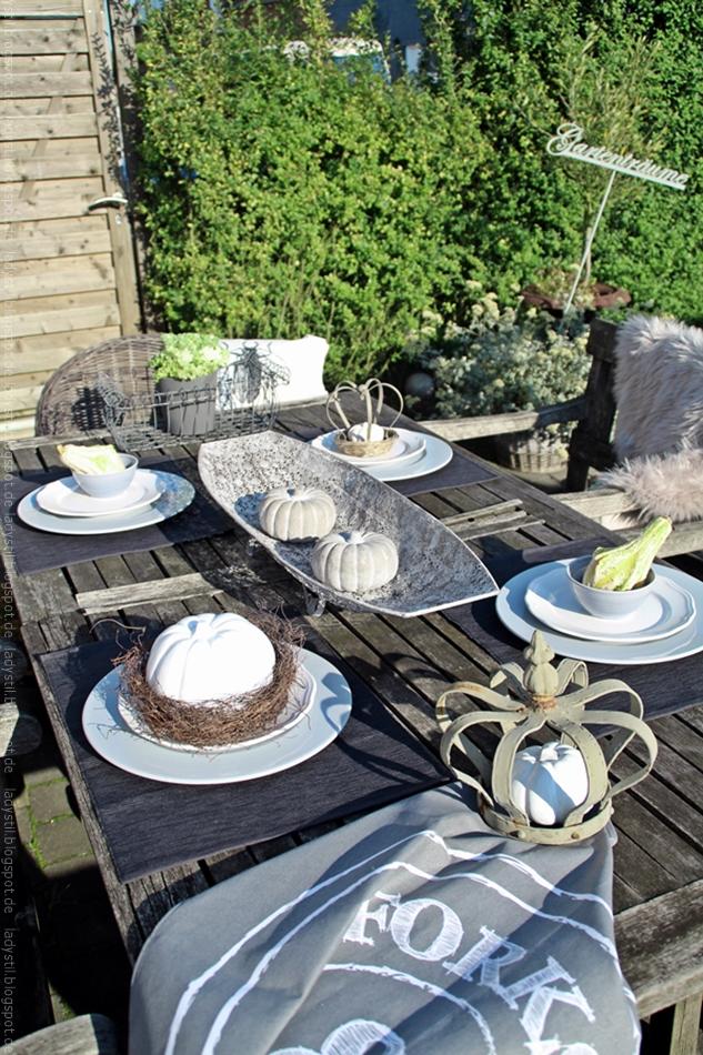 Outdoor herbstliche Tischdeko in grau weiß grün mit Zierkohl und grüner Kürbisdekoration