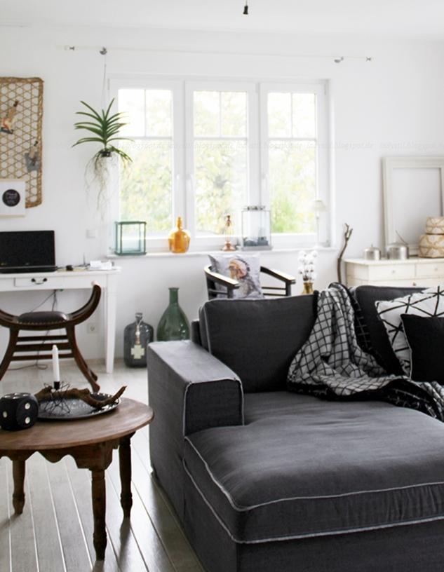 Stilmix im Wohnzimmer, Blick ins Wohnzimmer, Sofa mit anatiker Kommode und marokkanischen Wohnaccessoires