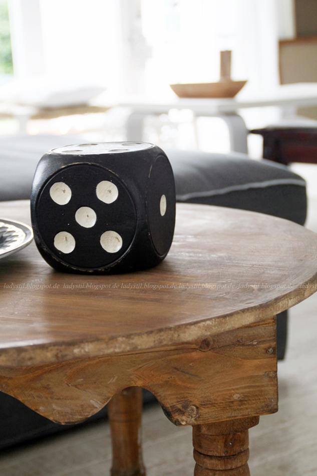 marikkanischer Tisch mit schwarzem Würfel