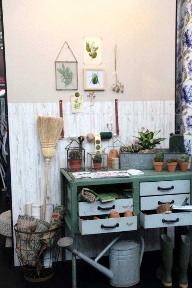 Arbeitsplatz mit verschiedenen Pflanzen und Pflanzenfotos in grün grau auf der Messe Amsterdam vt wonen & design beurs 2015