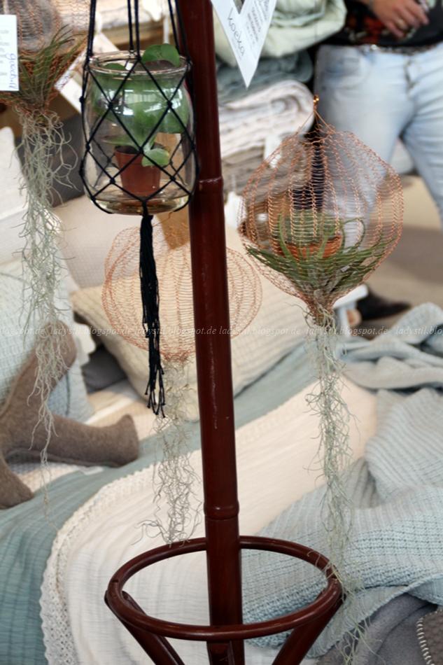 Makrame Ampel mit Pflanze an einer Holzgarderobe auf der Messe Amsterdam vt wonen en design beurs 2015