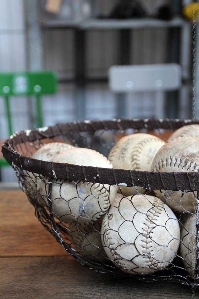 Spoor 38 Baseballbälle in Drahtkorb auf der Messe Vt Wonen & Design Beurs