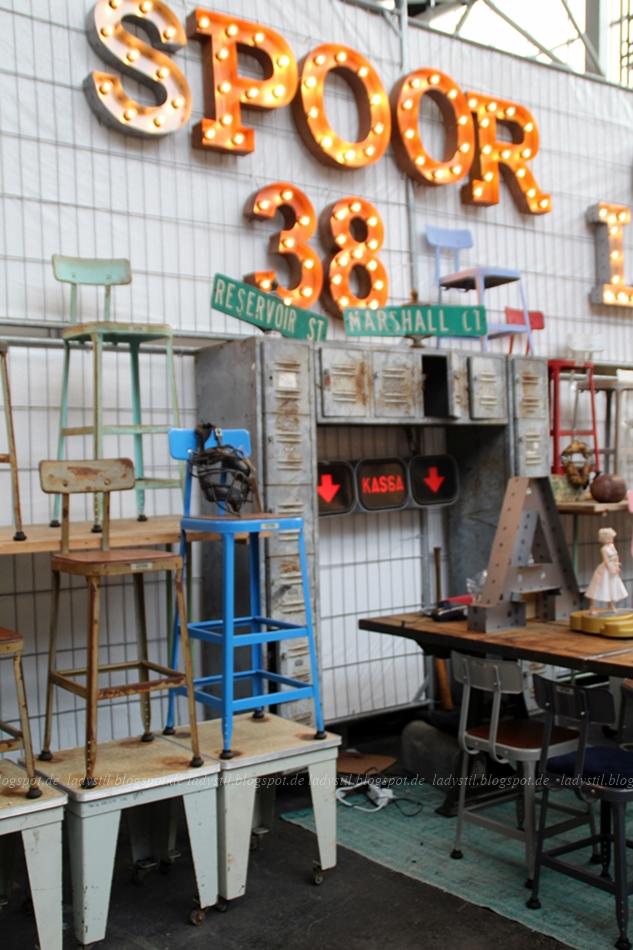 Spoor 38 Industrial Style, Stühle, Leuchtbuchstaben Leuchtnummern Stahlschränke